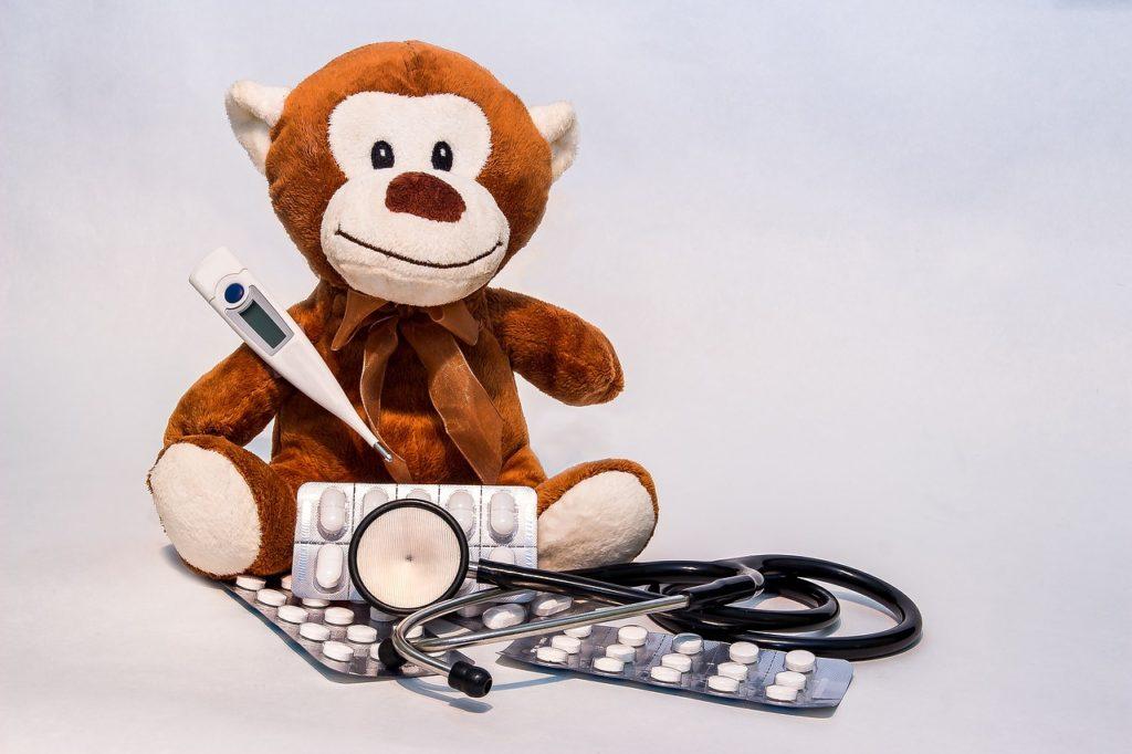Stofftier mit Fieberthermometer und Stetoskop